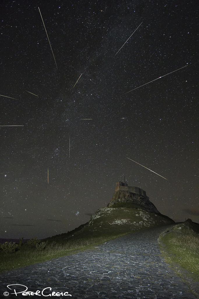 Una composición de imágenes superpuestas de los Meteoros Perseidas Ducha en 11 de agosto 2013 visto desde Lindisfarne (Holy Island) en la costa noreste de Inglaterra.  Créditos y derechos de autor: Peter Greig.