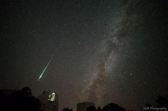 Una bola de fuego muy brillante de la lluvia de meteoros de las Perseidas, junto con el Telescopio Otto Struve del Observatorio McDonald en Texas y en la Vía Láctea.  Crédito y copyright: Sergio Garcia Rill / SGR Fotografía.