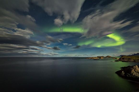 Aurora entre las nubes en el crepúsculo en Noruega el 18 de septiembre de 2013.  Crédito y copyright: Frank Olsen.