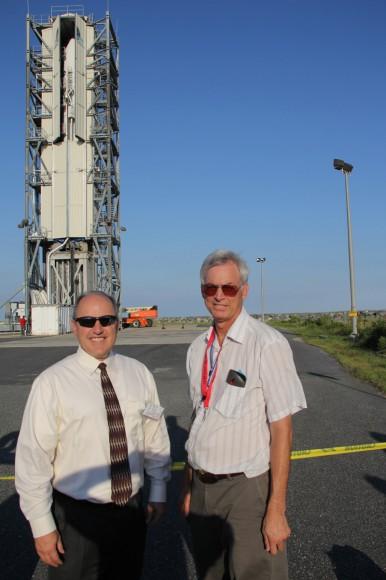 Lou Amorosi, vicepresidente de Orbital Sciences pequeños vehículos para su lanzamiento y Ken Kremer de Universe Today con LADEE y Minotaur V cohete en plataforma de lanzamiento.  Crédito: Ken Kremer / kenkremer.com