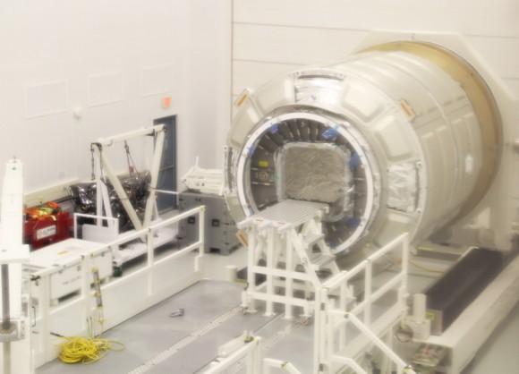 Primero Cygnus módulo de carga presurizado operativa de Orbital Sciences Corp. y Thales Alenia Space se encuentra dentro de sala blanca de gran altura en la NASA Wallops Flight Facility, VA para el procesamiento de pre-vuelo.  Esta nave espacial Cygnus de llegar de Italia, y podría lanzar a la ISS ya en diciembre de 2013, desde Wallops plataforma de lanzamiento 0A.  Crédito: Ken Kremer (kenkremer.com)