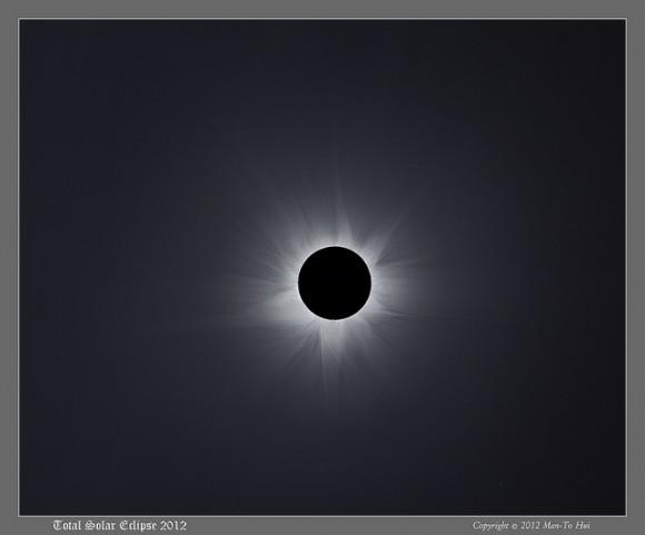 """El ganador de la categoría """"Nuestro Sistema Solar"""" en Astronomy Photographer of the Year 2013 es el Hombre-Para Hui: 'Composite Corona de 2012: Totalidad australiano.  Crédito y copyright: Man-Para Hui."""