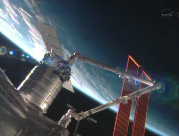 La nave de reabastecimiento Cygnus comercial es instalado por el Canadarm2 en el nodo Harmony.  Crédito: NASA TV