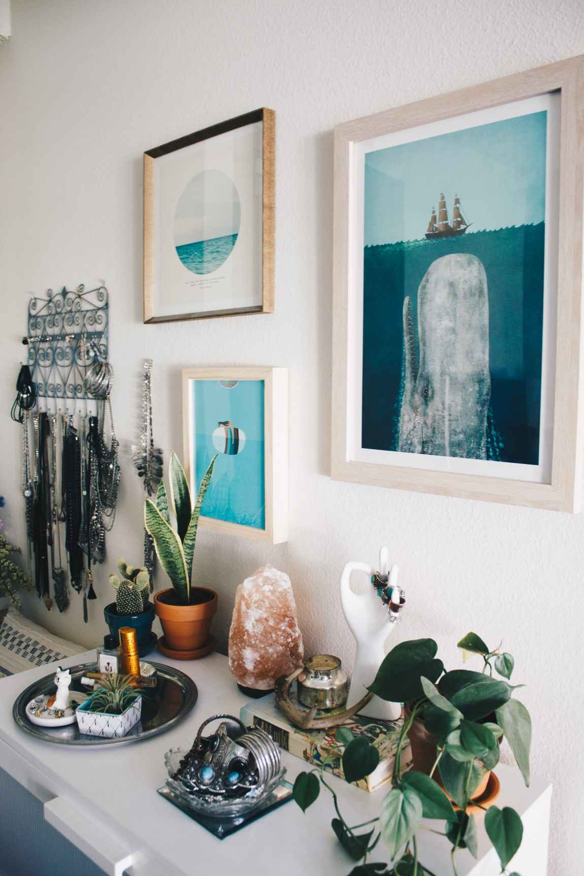 Getting boho right can be so hard, since Boho can be a code word for clutter. This vignette shows how to do it right, blending interesting objects, vibrant color, and beautiful prints.