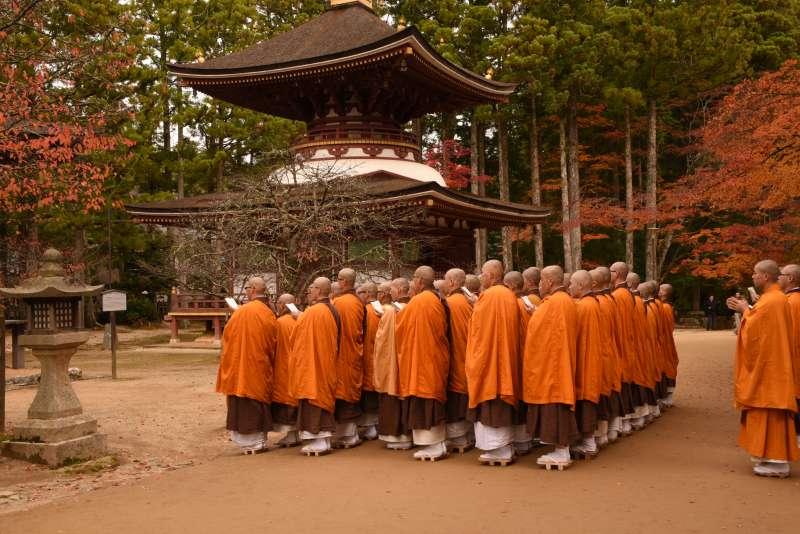 Okunoin, Garan & Kongobuji】 Private tour by local monks living in Mount  Koya - Mount Koya Private Products | TripleLights