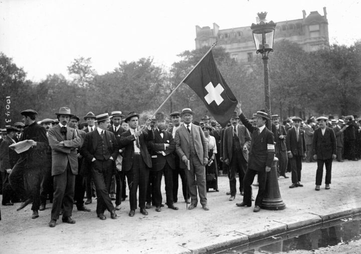 Swiss WWI volunteers in Paris to support neutrality, August 1914