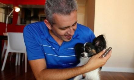 """Anfitrião DogHero Alex Dupas mostra sua rotina: """"tudo é feito para o cachorro se sentir em casa"""""""