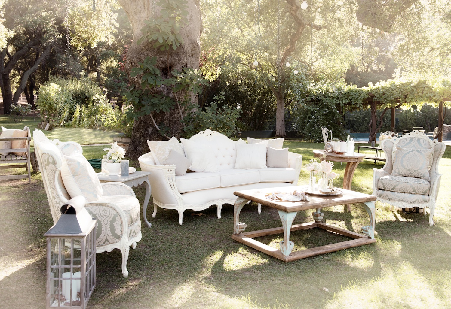 Tufted Furniture Rentals: Give Your Wedding A Glam Look