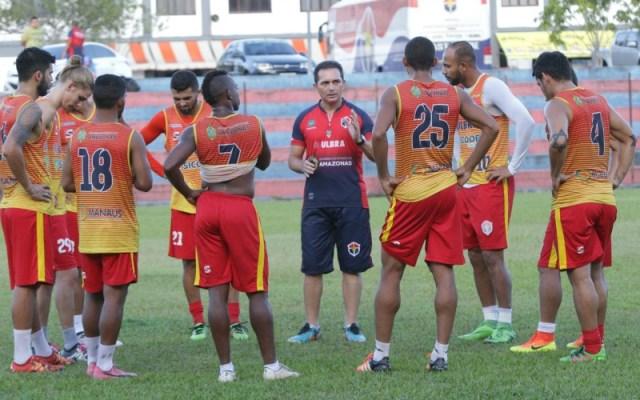 Donmarques Mendonça precisará improvisar o lateral Emerson como volante diante do São Raimundo-PA (Foto: Reinaldo Okita)