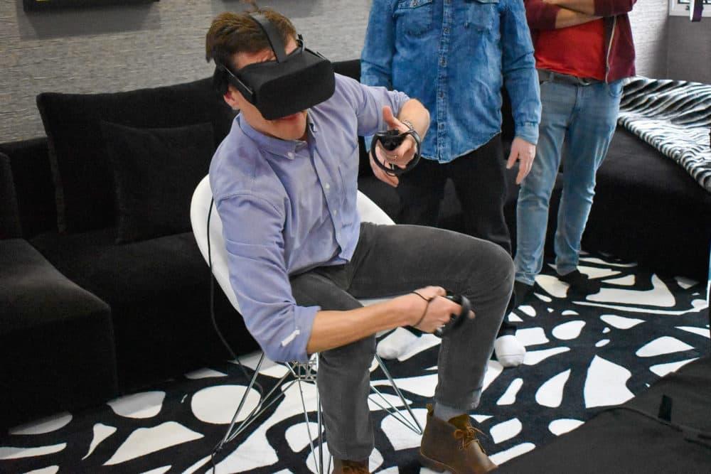 """Peter & Dowd de Here & Now está dando su primer giro a la realidad virtual con el nuevo juego """"Orion13"""".  (Allison Hagan / Aquí y ahora)"""