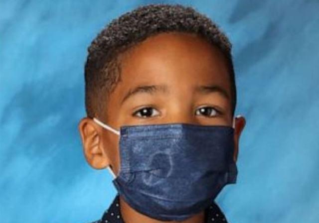 Mason Peoples, de 6 anos, obedeceu a mãe e se recusou a tirar a máscara para tirar foto na escola - Foto: Reprodução/Redes sociais