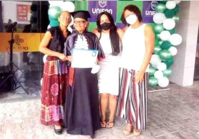 Mesmo enfrentando doença e dificuldades Avelina, de 85 superou todas e se formou na UNIFAN, em Feira de Santana Foto: Arquivo Pessoal