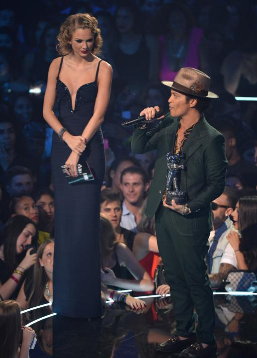 Taylor Swift Standing Next To Bruno Mars : taylor, swift, standing, bruno, Taylor, Swift, Towers, Bruno, Funny