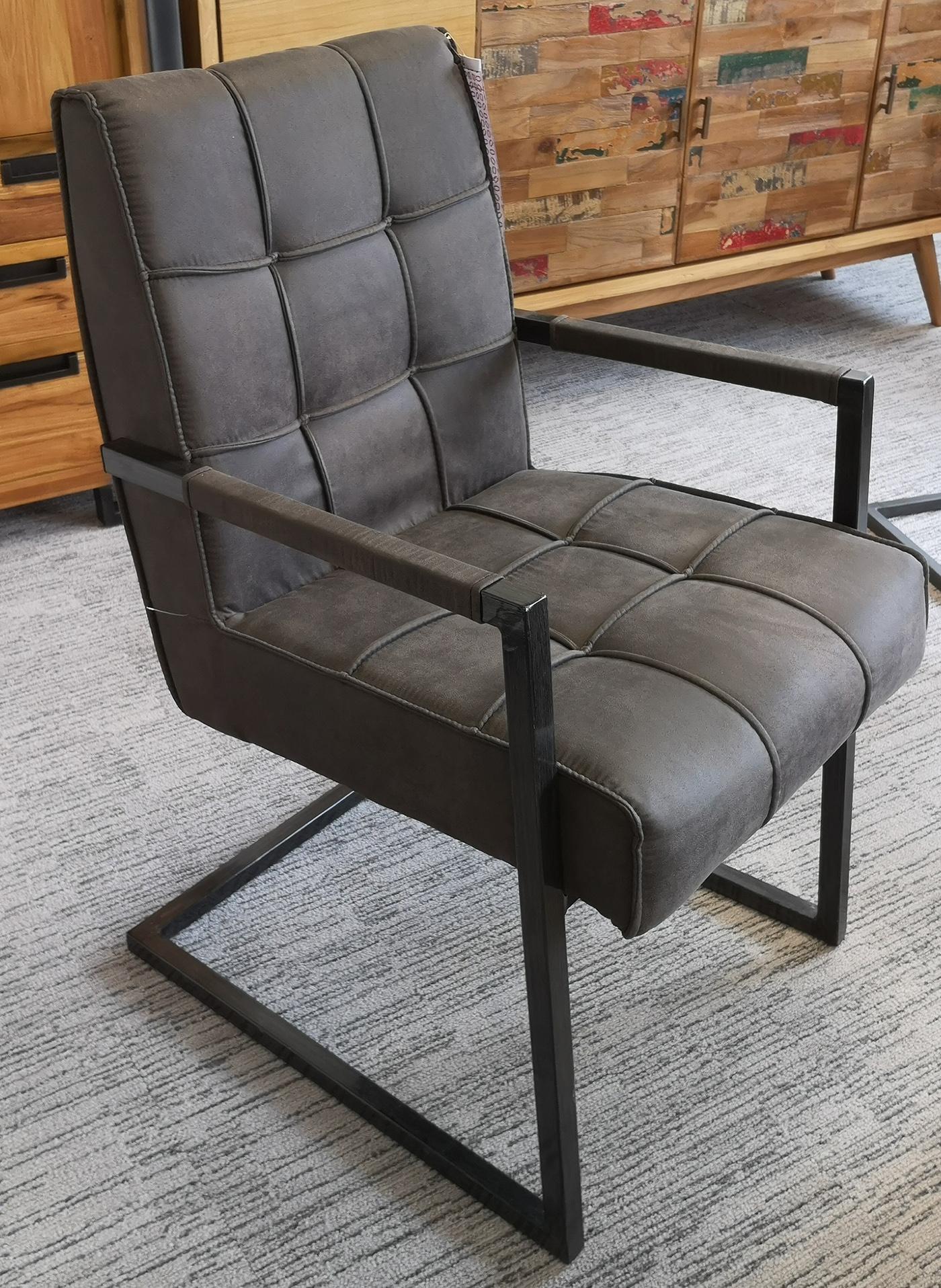 chaise avec accoudoirs en tissu gris fonce capitonne quadrille et pieds metal 55x65x90cm kerala
