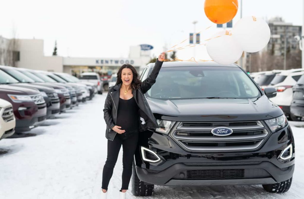 Lyndsey Smith holding balloons with the Ford Edge