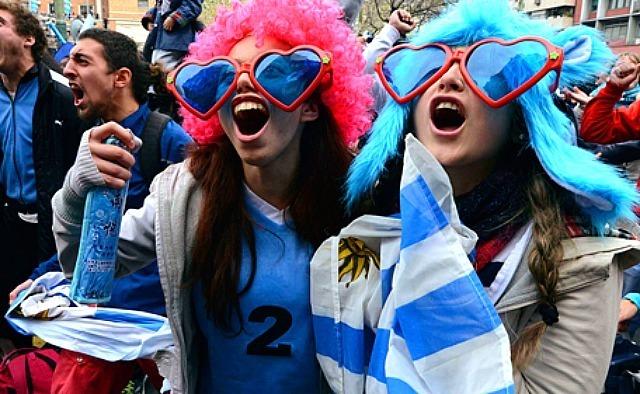 Réaction des fans de l'Uruguay quand Diego Godin marque contre l'Italie lors de la Coupe du Monde au Brésil le 24 juin 2014. Reuters.