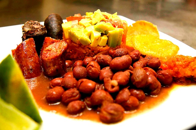 "Bandeja Paisa © <a href=""https://www.flickr.com/photos/triangulodelcafe/"" target=""_blank"">Triangulo del Cafe Travel</a>"