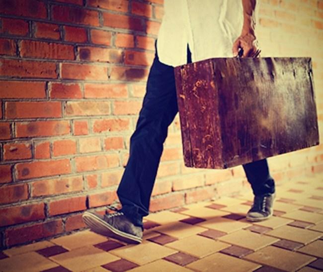marcher avec une valise