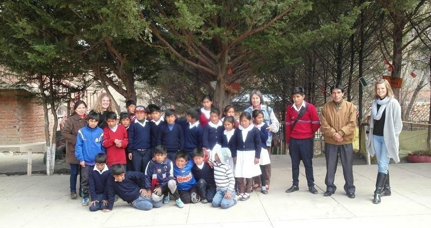 Dans la cour de l'école, nous nous regroupons pour une photo : les enfants, le directeur et moi