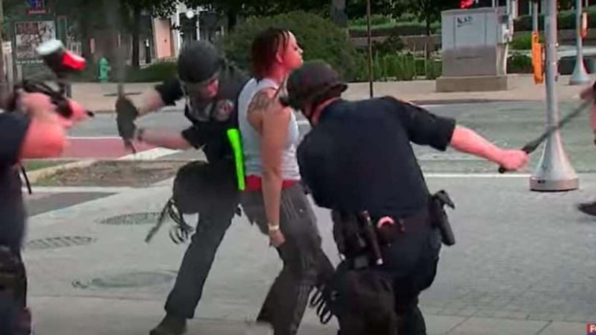 Indianapolis-cops-beating-protester-cropped