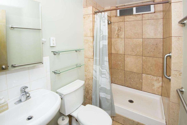 PAPAYA 3: bathroom