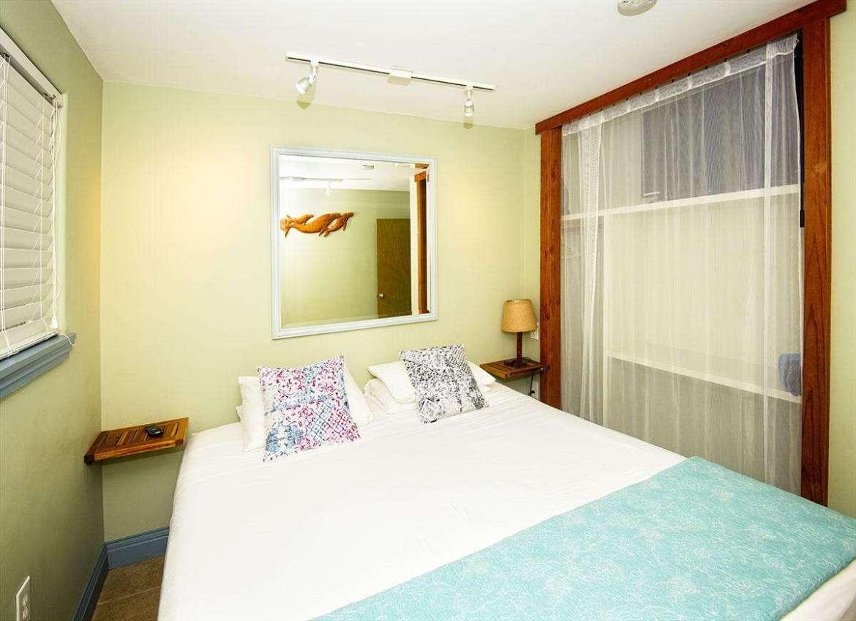 PAPAYA 3: bedroom #1 of 3, Cal. King bedding.
