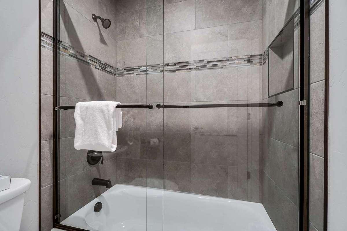 Hawk House II Main Upstairs Bathroom