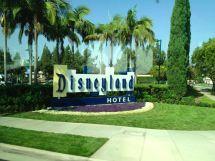 Hotel Disney Disneyland Walking
