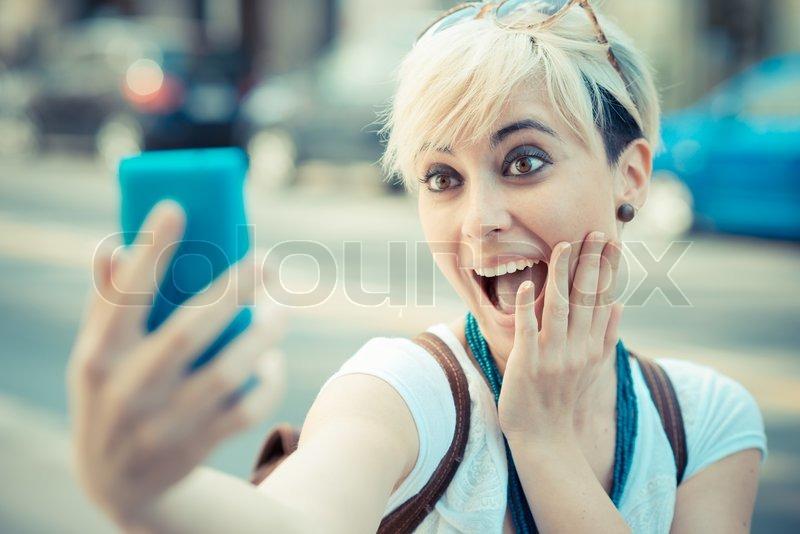 Schöne Junge Blonde Kurze Haare Hipster Frau Selfie Stockfoto