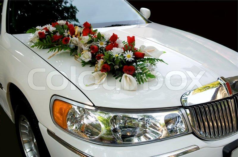 Weie HochzeitAuto ein Strau Blumen   Stockfoto