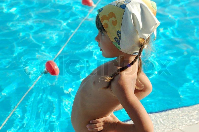 Das Mdchen badet in Pools  Stockfoto  Colourbox