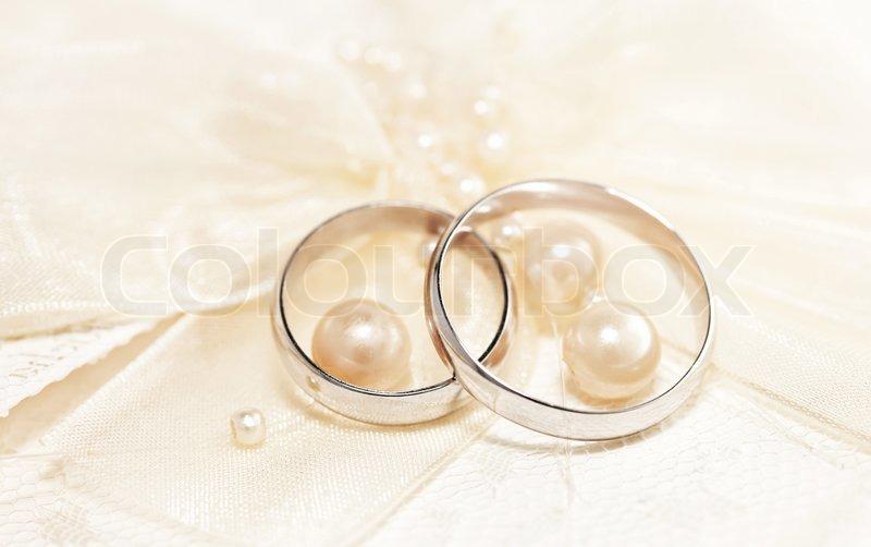 Paar goldene Hochzeit Ringe ber   Stock Bild  Colourbox