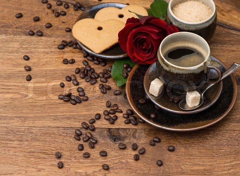 Tasse schwarzen Kaffee mit roten Rose   Stockfoto