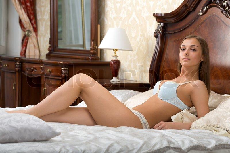Schne junge Frau in Unterwsche auf   Stock Bild