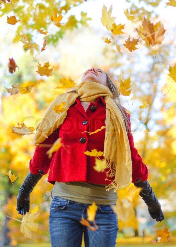 Fall Of The Autumn Hd Wallpaper Gl 252 Ckliche Frau Werfen Bl 228 Tter Im Stockfoto Colourbox
