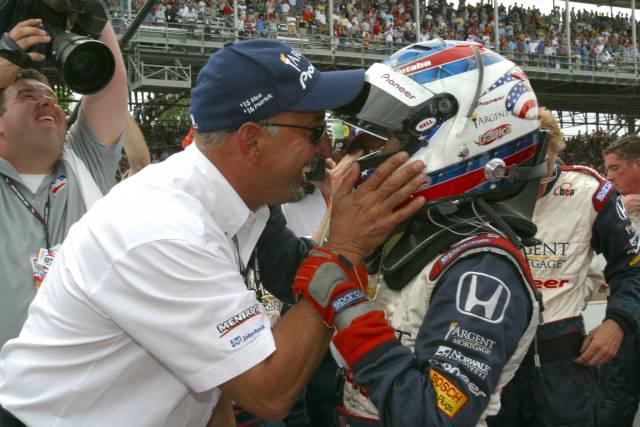 Bobby Rahal felicitando a Danica Patrick después de la Indy 500 de 2005, año en el que terminó cuarta y lideró 19 vueltas (FOTO: Kay Nichols/INDYCAR)