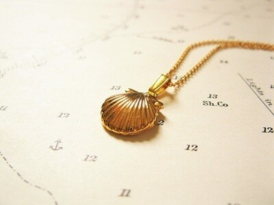Gold-plated scallop shell Camino de Santiago necklace