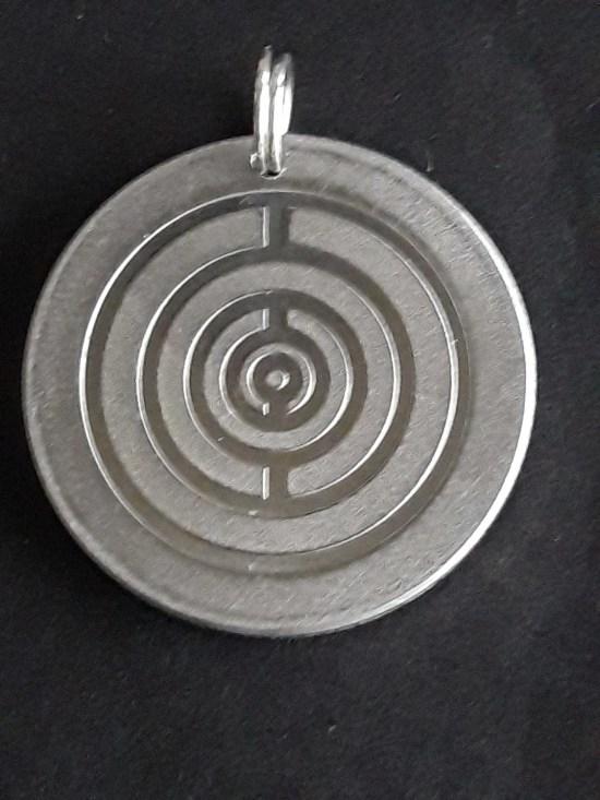 Brain-Y das Original (Anhänger, Aluminium) 2,5 cm Durchmesser inkl. 5 G Modulation + Sonnenkreisgravur auf der Rueckseite.
