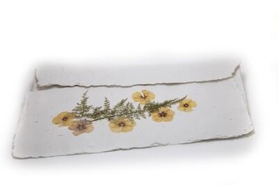 Busta e lettera con decorazione floreale