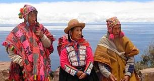 3 Personen in traditionellen peruianischen Kostümen