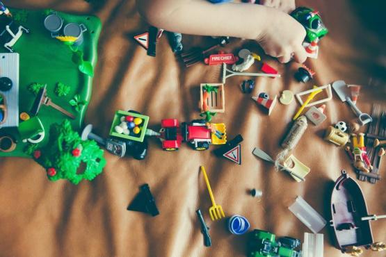子供の子供のおもちゃの子供たちの幸せな遊び