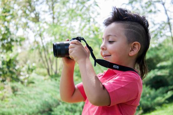 カメラソニーレンズ黒撮影ストラップ男の子の子供の子供の写真家自然植物屋外
