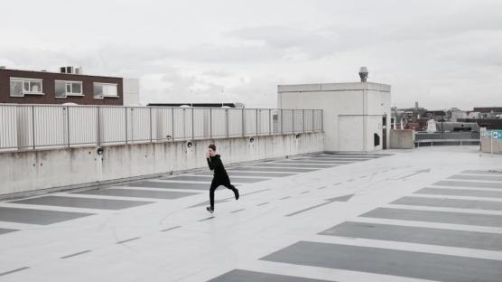 アーキテクチャ建物構造スカイ雲ストリートレーン人走っている男