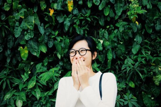 人の女の子だけで笑顔幸せな植物緑の葉眼鏡アジア