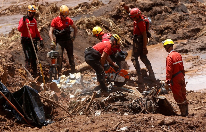 FILE PHOTO: FILE PHOTO: Members of a rescue team search for victims after a tailings dam owned by Brazilian mining company Vale SA collapsed, in Brumadinho