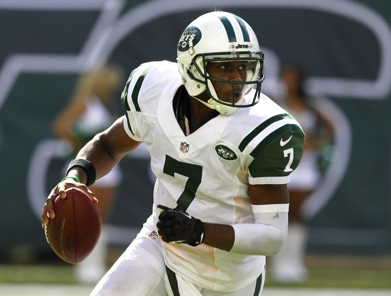 FILE PHOTO: New York Jets quarterback Geno Smith scrambles as he looks to throw a pass against the Tampa Bay Buccaneers in the fourth quarter during their season opening NFL football game in East Rutherford