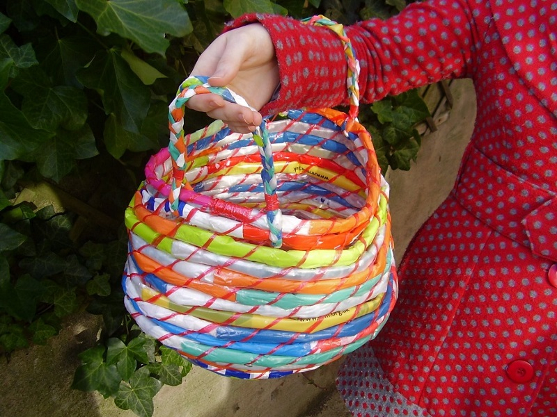 Eye-catching baskets from plastic bags