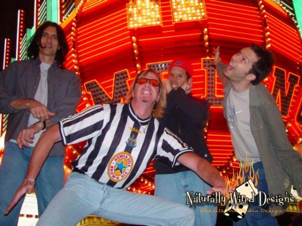 Travis, Martin, Alderete e Gilbert mostrando toda sua seriedade