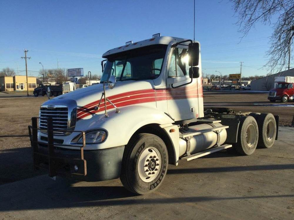 medium resolution of 2005 freightliner columbia 120 tandem axle day cab truck detroit 60 ser 14 0 455hp