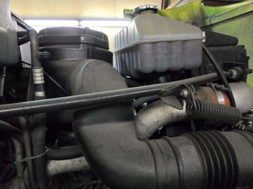 small resolution of gmc topkick air cleaner air filter housing for a 2001 gmc medium c7500